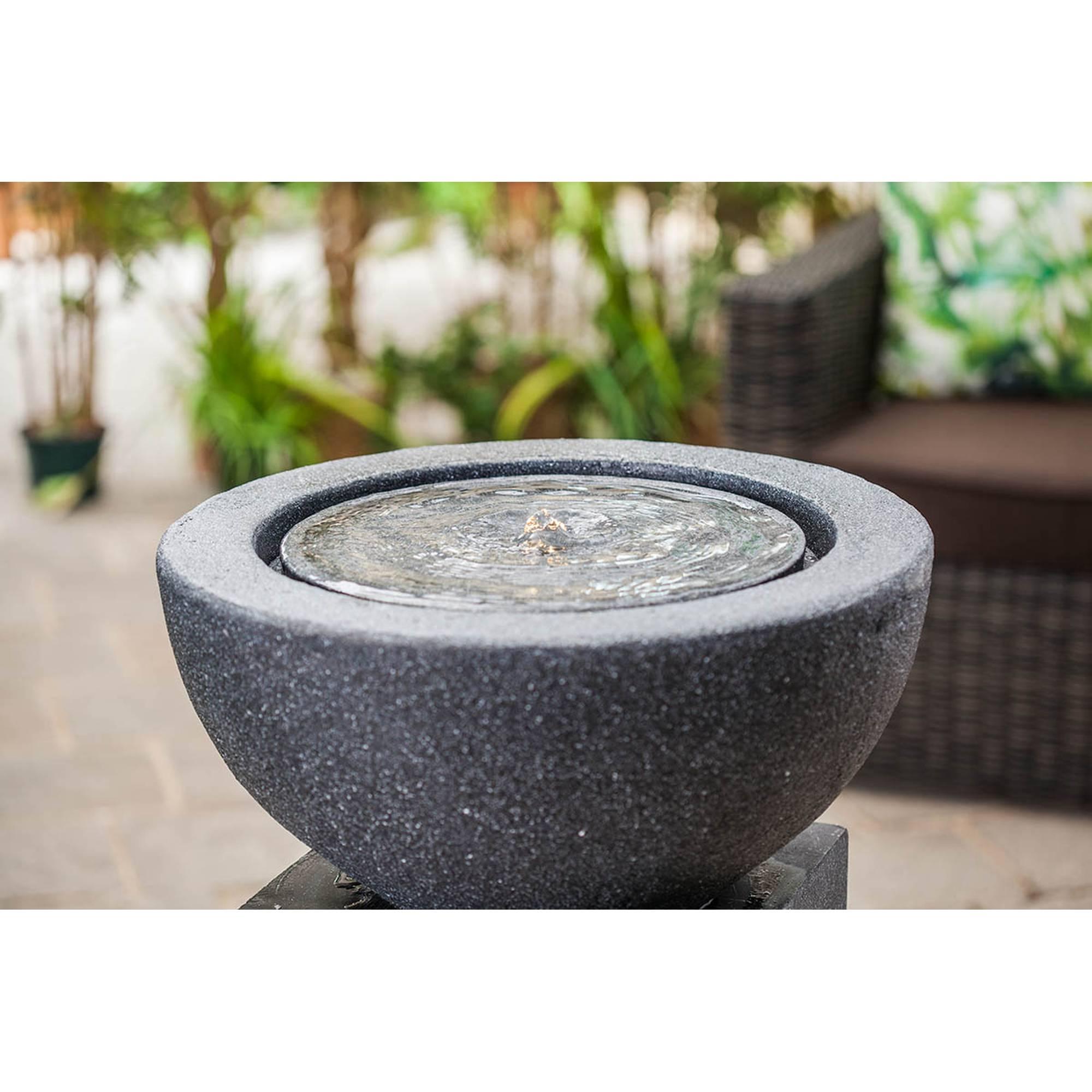 grauer halbrunder Gartenbrunnen auf Podest