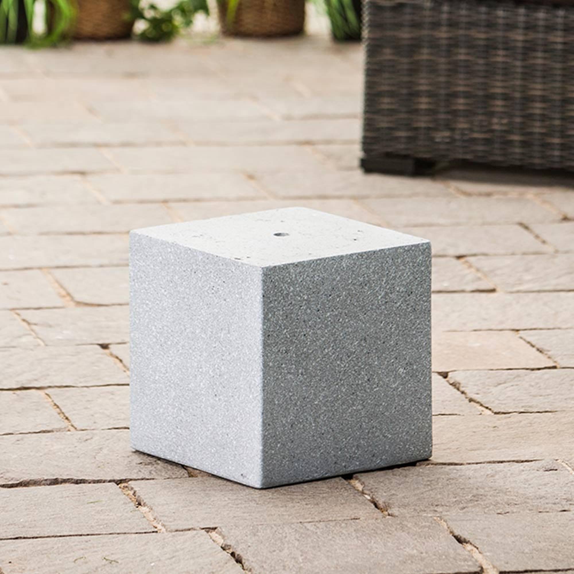 hellgraues quadratisches Podest für Gartenbrunnen auf Steinterrasse Nahaufnahme